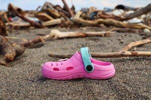 Kastamonu'da selin ardından sahile vuran eşyalar hüzünlendiriyor