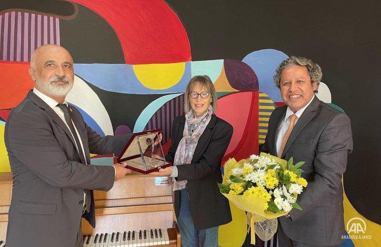 Zolgundak'ta yaşayan Alman asıllı ressam ailesinin düğün hediyesi 57 yıllık piyanoyu okula bağışladı