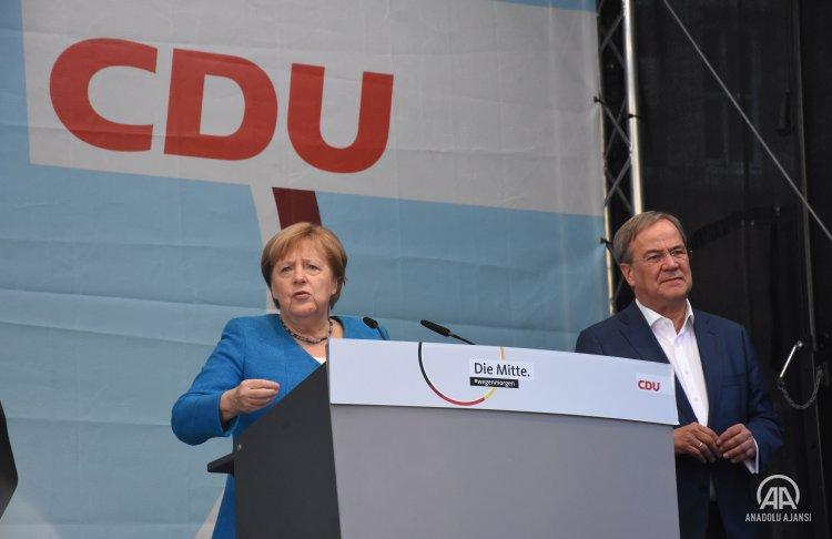 Almanya'da başbakan adayı Laschet, son mitingini Şansölye Merkel ile yaptı