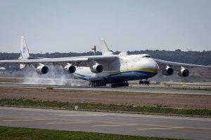 Dünyanın en büyük yolcu uçağı İstanbul'a indi