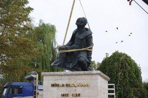 Selimiye Camisi Meydanı'nda Mimar Sinan ve Fatih heykelleri kaldırıldı