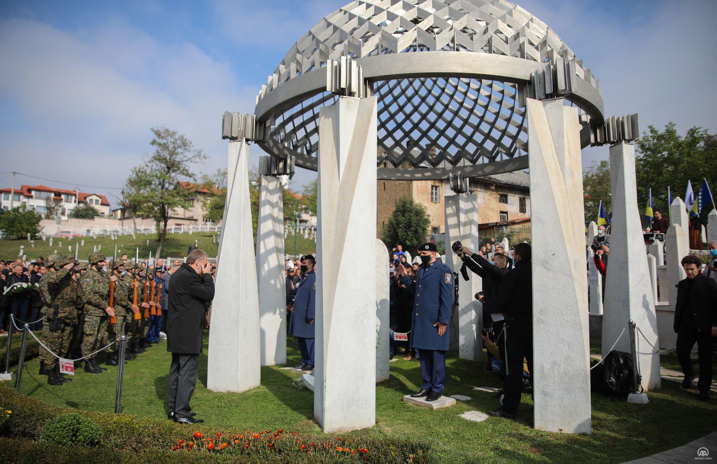 Bosna Hersek'in ilk Cumhurbaşkanı İzetbegoviç, kabri başında anıldı